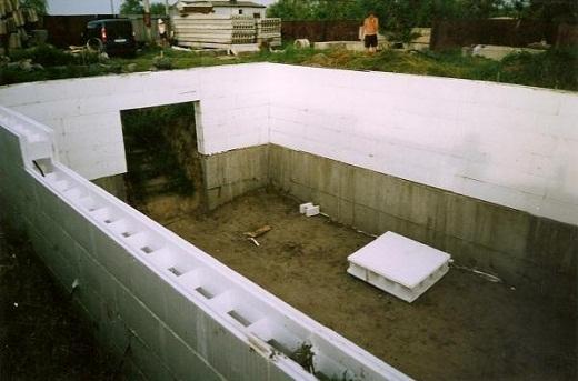 На снимке теплица-термос в процессе строительства